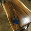 Обеденный стол Fathey из слэба карагача с вставкой из эпоксидной смолы