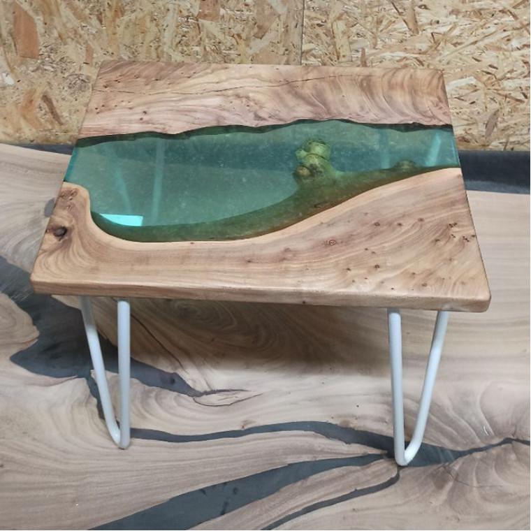 Журнальный стол Arroya из слэба карагача с бирюзовой заливкой